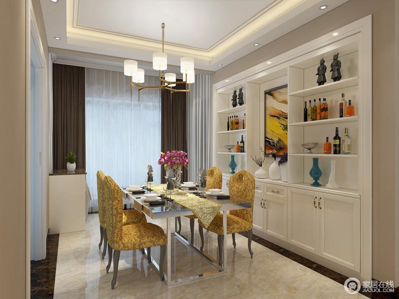 硬朗的银色金属餐桌前,布艺餐椅花纹优雅奢贵,与桌旗相互呼应;干净的白色酒柜入墙,极大的节省对于空间的占用,组合式设计,让收纳更具分类性,同时与背景墙面形成色彩上的对比。