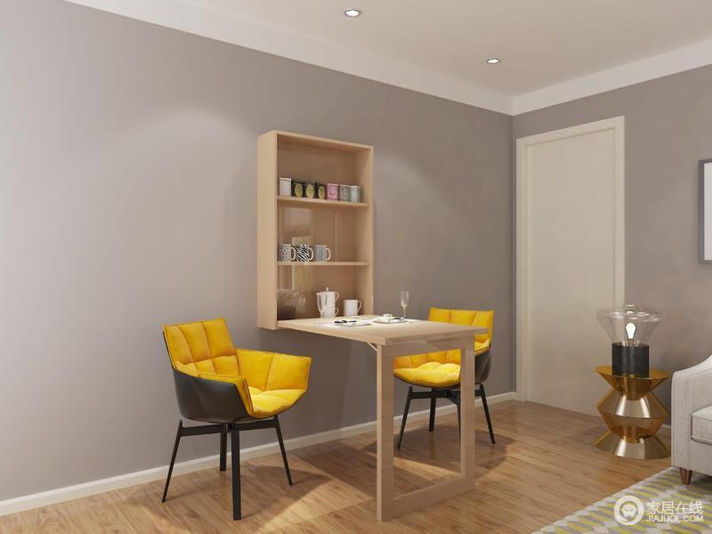 墙上的柜体打开后的内置收纳板可存放一些杯子和茶叶,折叠下来的面板可与当餐桌来用,配上两把椅子就可以当餐厅来使用。