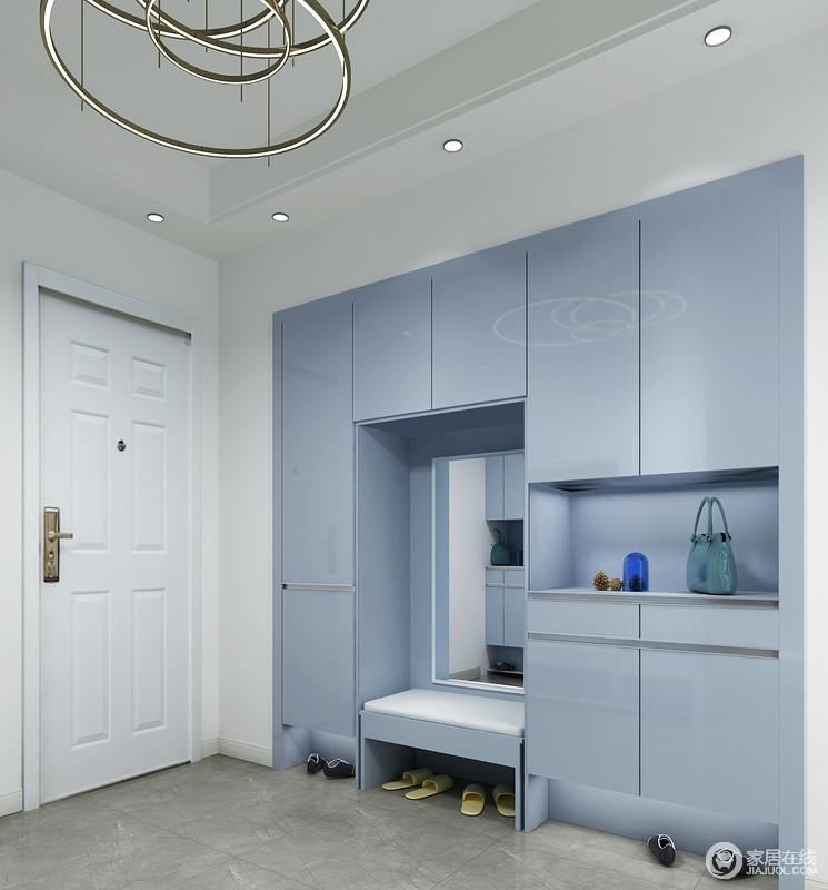 嵌入式门厅柜可以完美解决收纳柜厚度和空间尺寸之间的矛盾,海量收纳隐蔽于墙体之内,堪称门厅完美设计;镜子和换鞋凳,让家人日常生活也多了份贴心。