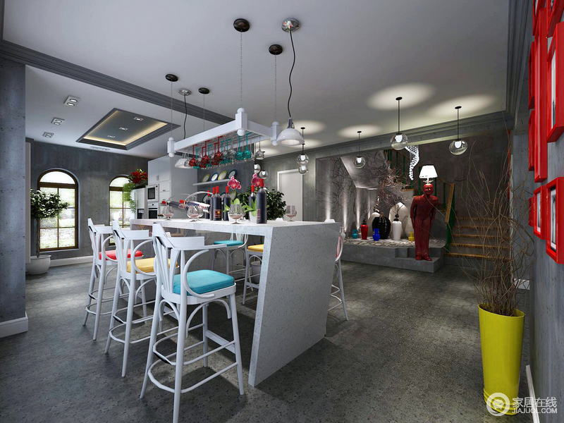厨房开放式的设计,让人不受局限,原本矩形的吊顶与圆拱形的窗户,让空间充满了建筑结构上的美学;整体色调较为灰沉,白色大理石吧台配上白色高脚凳,立马让空间实用之外更富色彩层次,同时,彩色坐垫与红色画框、黄色花瓶构成色彩跳跃,给予视觉强有力的冲撞,同时,专门将黑白及彩色陶瓶、红色人物雕塑台灯作为一个展陈区,呼应玻璃吊灯的璀璨,提升了整个空间的艺术感染力。
