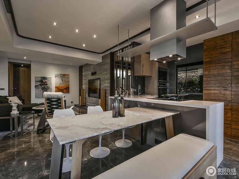经过对空间的合理布局,餐厨空间以开放式的格局自造现代感;从实木橱柜个精巧设计,到简单地收纳功能,呈块状设计,L型橱柜兼具吧台的作用,吸顶式烟机避免了油烟的问题;白色餐桌因为个性的餐椅显得简单而实用,衔接落地窗外的大露台,俨然让生活更为自在随性。
