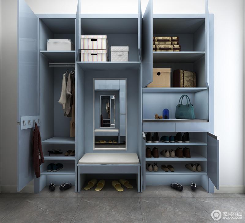 柜内格局设置宽窄相济,充分考虑到鞋类、长衣、短衣及收纳盒需求,分类设计更显贴心,再加上整体蓝色板材的运用,让空间更为得体。