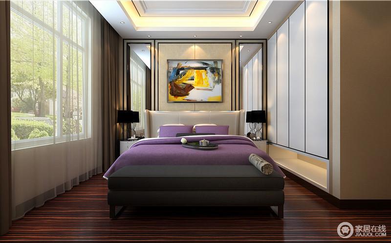 宽大落地窗外郁郁葱葱,盎然的自然通过床头对称的镜面折射入室,带入生机活力;悬空衣柜线条简洁,释放出多余空间;包裹式双人床上,紫色床品带着魅惑,与画作的一抹活力,点缀空间的端庄优雅。