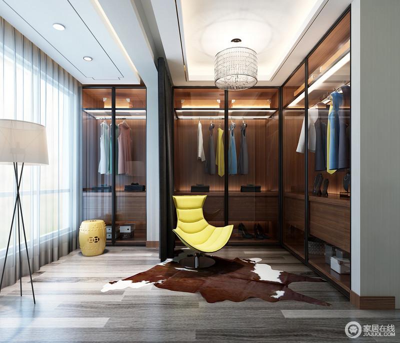 原生木地板朴质自然,而褐木打造的衣柜多了份温馨;L型衣帽间通过玻璃来增强前卫感,并更显整洁;黄色沙发椅、新中式坐墩、北欧落地灯和动物地毯以不同的造型令空间不减艺术感。