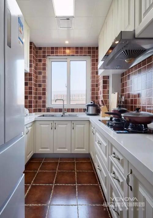 厨房是u形的结构,底妆是棕褐色的复古方块砖,和四周的墙面相呼应,显得很有质感,还很耐脏~