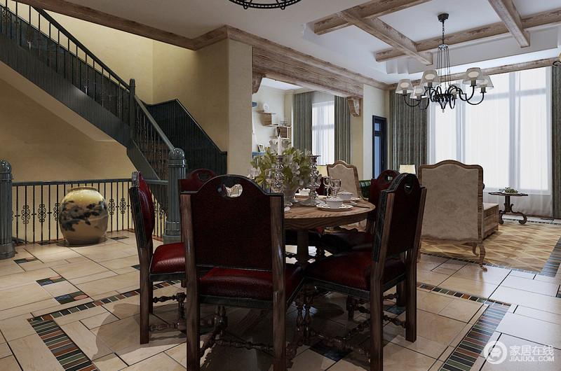 开放式的餐厅造就了自在的生活氛围,楼梯木架构成就了空间建筑美学,与整个空间渲染层次;美式实木家具的木雕工艺足显精致,并以其造型,成就了美式轻奢。