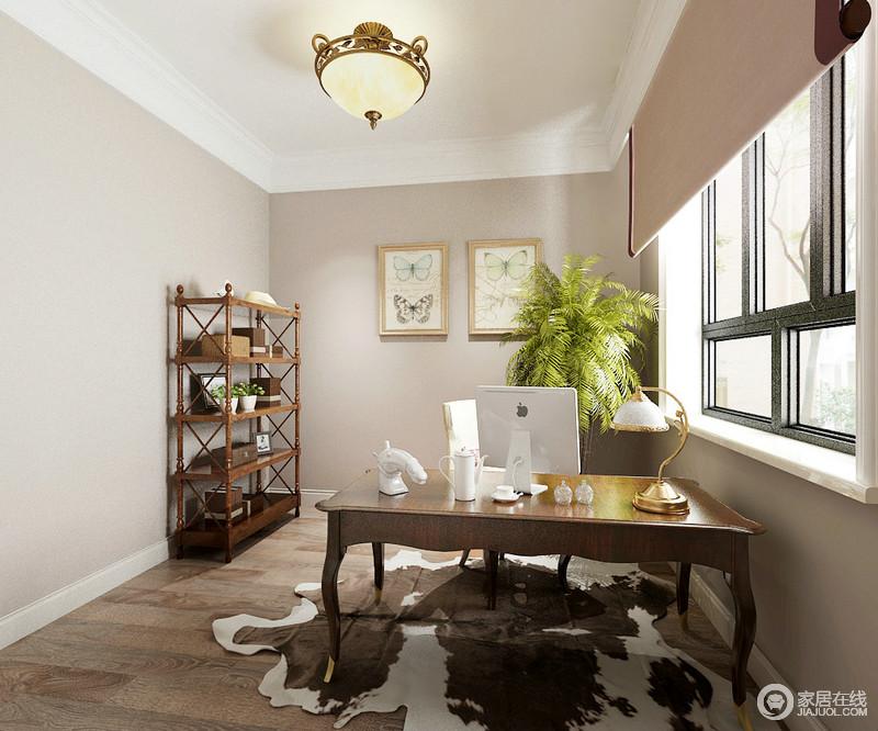 书房的线条十分简单,白色吊顶搭配驼色漆,干净而温和,原木地板与美式家具组合,无疑为空间奠定了自然朴质与稳重;古典美式书桌与复古的金属灯饰,增添了空间的精奢。