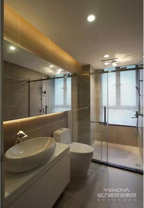 卫浴色彩统一,浅灰色的砖石铺贴出利整和素静,再加上玻璃淋浴房就干湿分区,线条流畅,易于打理;镜面柜提亮空间的同时,具有收纳功能。