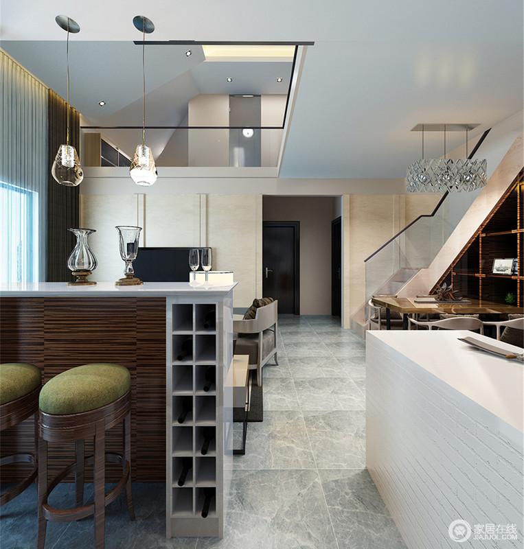 开放式餐厨空间设计的十分用心,吧台通过微型酒柜将藏酒收纳起来,草绿色木质高脚凳的美式风情与玻璃台灯碰撞出另类的艺术,可谓小智慧,大空间。