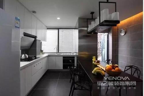 厨房地面铺设的是黑色地砖,和白色橱柜形成对比色,满是现代风。