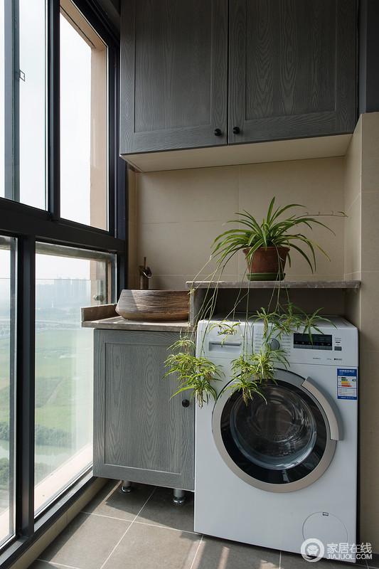 阳台做上了吊柜和洗手台,洗衣机放在阳台上晒衣服更加的方便。