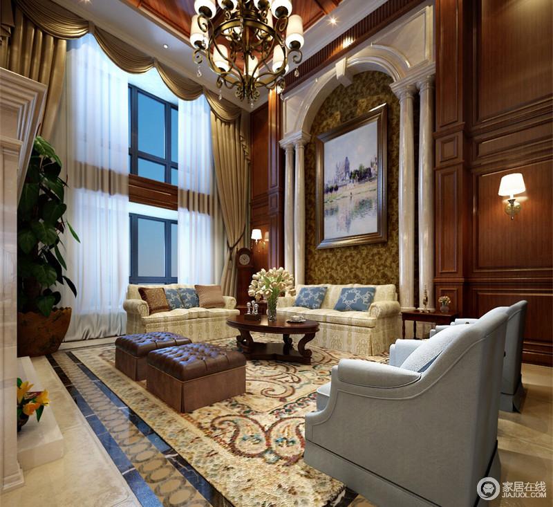 挑高延伸了空间的宽广度,拱形廊柱与木墙板结合,呈现出美式格律;花纹布艺沙发和地毯以米色系表达休闲美式的放纵,与皮质褐色坐墩的都市风形成对比,浓缩着美式艺术的自得其乐。