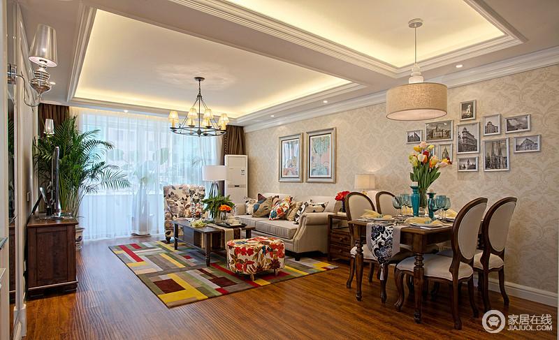 客厅采用嵌入式石膏吊顶,搭配精致的吊顶,营造出一种怀旧、浪漫的感觉;彩色拼接地毯搭配田园风的单人沙发,缓解了驼色沙发的沉闷,给空间带来不一样的色彩;餐桌的美式设计与整体融合为一,十分古朴。