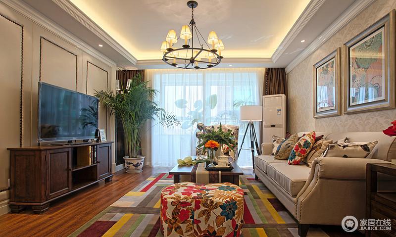沙发区铺上大幅条纹地毯,使空间区域划分更加清晰,也散发着色彩活力;。 沙发以及茶几都具有上乘的质感,让美式古典风格得以彰显。