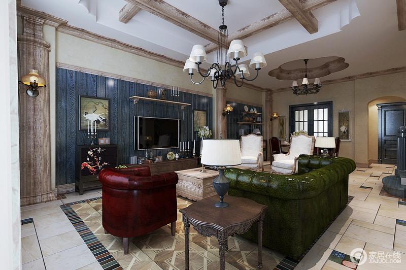 客厅以中性色和原木梁柱、木框为组合,奠定了家的朴质,而造型上趋于复古,再搭配美式古典风的家具,足够明艳大气;蓝色背景墙上悬挂的仙鹤图与金属吊灯,赋予空间精致。
