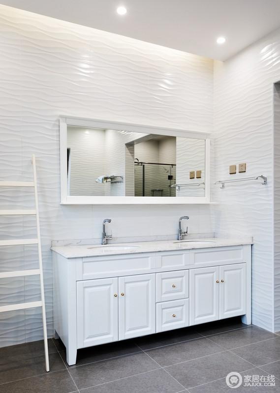 卫生间设计感觉整洁,白色的收纳柜满足基本收纳需求,搭配白色木镜和毛巾架,让生活更为简单,白色和浅灰色的搭配,更为静和。