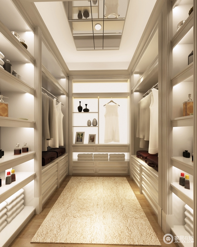 衣帽间是每个女主人的希望和梦想,因为空间不是很够,所以在柜体制作中要根据主人衣服的尺寸,把挂衣架和柜体整体调整,拓大过道空间,另外运用灯光光域以及局部镜面,让衣帽间在视觉上加大变得敞亮,内定制设计做到精细,凸显立体结构之美,同时,让主人方便着装,地毯放置在中央足显温馨。