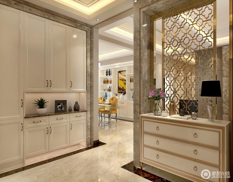 门厅在实用的基础上不乏美观度的设计,白色组合型置物柜入墙收纳,复古玄关斗柜与金线镂空花窗结合,将入门区域营造的雅而不俗。