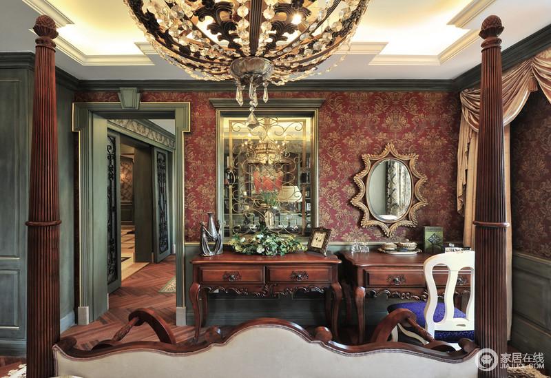 衣帽间白色的吊顶、绿色踢脚线与红色复古地壁纸构成多色彩艺术和华丽;矩形镜子和椭圆形角线的小镜子是梳妆台的专设,两个实木新古典桌子加重了空间的尊贵,无疑让生活更具底蕴。