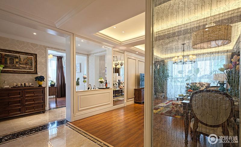 从入户玄关看客厅,简单的比例隔断既起到了分区的效果,也让空间多了结构之美。