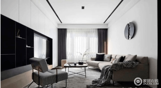 客厅以白色为主调,穿插黑色电视柜和浅灰色沙发,统一中又不乏单调,顶部无主灯设计,简约大气。