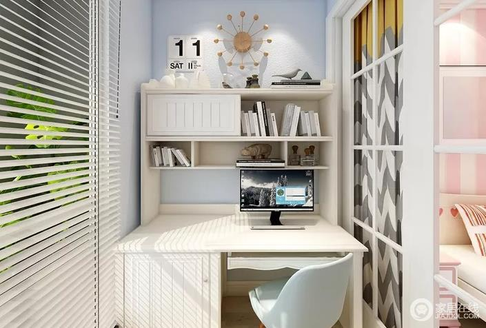 阳台以白色为主,从一体式书桌边可以主人所追求的简单生活,格栅门巧妙与卧室分开,让休闲区与学习却分明。
