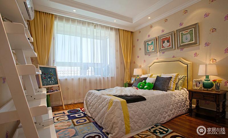 儿童房小桃心壁纸装饰出空间的和暖,黄色窗帘调和着空间气氛,搭配多色靠垫和字幕地毯,让空间多了童趣和活力。