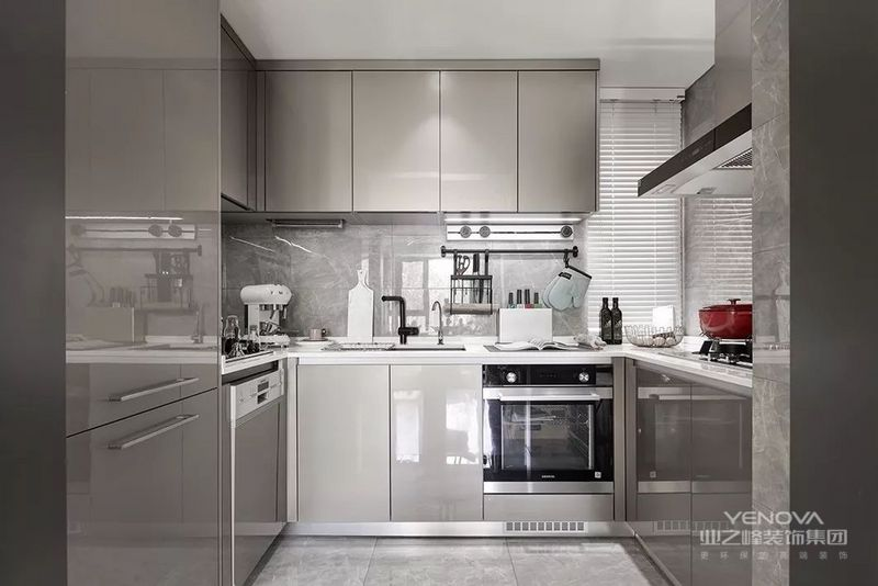 厨房与餐厅也是紧密结合,它不仅仅是一个操作区域,而是能聊天,社交,互动的地方。