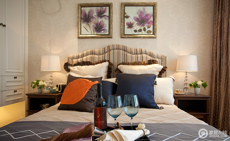 卧室以功能性和实用舒适度为主要设计理念,去顶灯,采用非炫目式灯光,显得温馨舒适;米黄色的壁纸搭配褐色美式沙发,却在时尚的床品布艺、挂画的装饰中,成就美式的轻奢。
