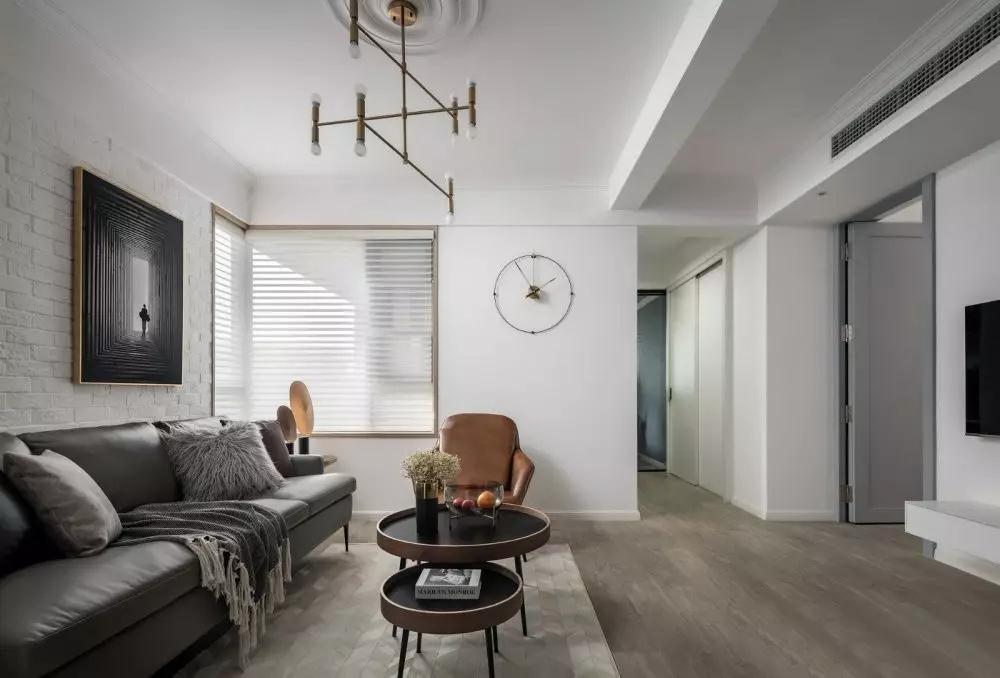 以黑白灰为主色调的客厅,横添几笔暖色,使空间的沉稳和恬淡在不经意间完美融合。