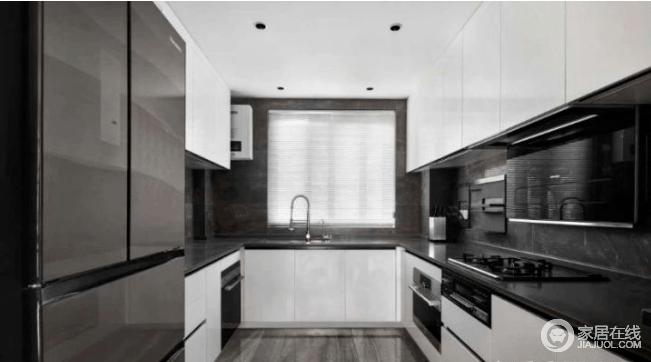 厨房设计成U型结构同样延续了客厅的黑白灰,上下双层橱柜增加储物空间,高低错落的搭配设计更显时尚。