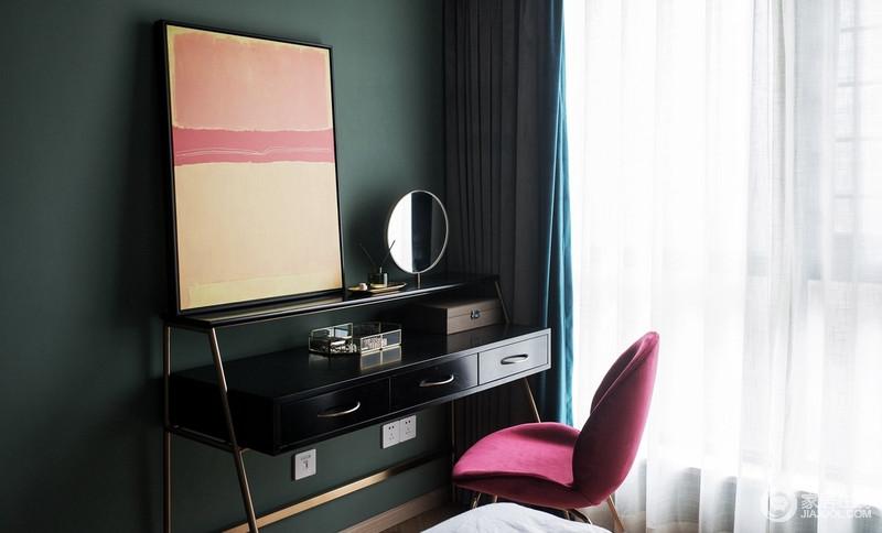 卧室的一角,专门为女主人打造了一个梳妆区,黑色和墨绿组合出贵气感,绿色单椅又添置几分俏皮,蓝色窗帘却也增添优雅,无疑,主人是位时尚达人。