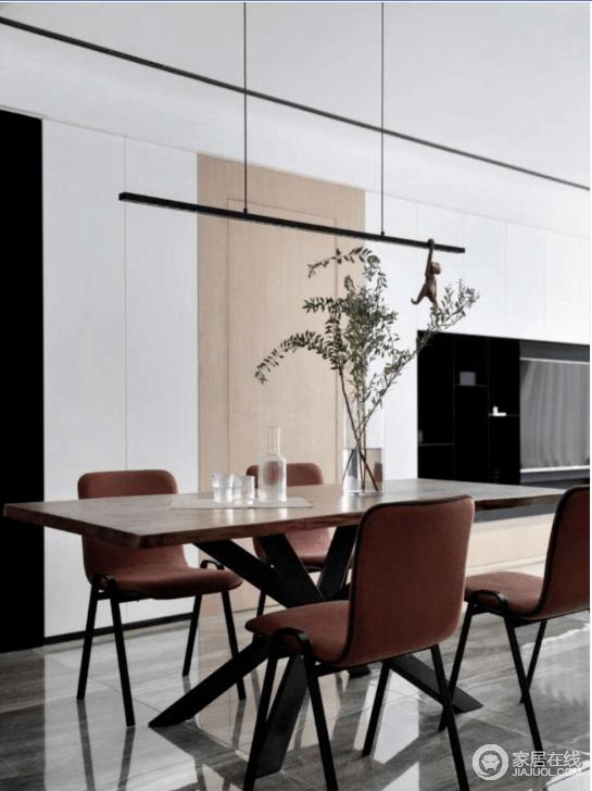 餐桌采用黑胡桃木,很有质感,红色餐椅点亮用餐区空间。