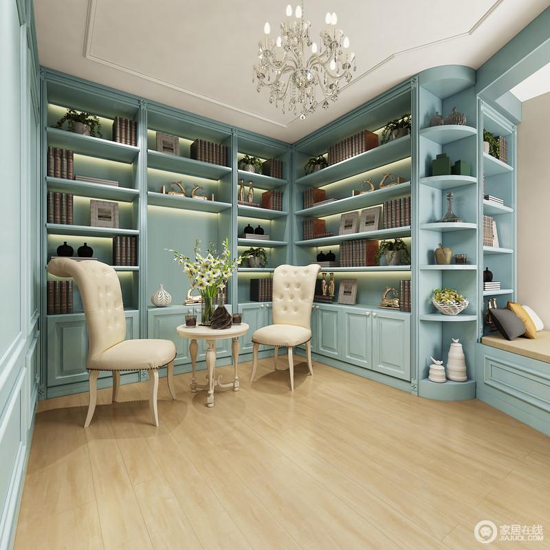 书房内通过定制得书柜实现了整屋的收纳,蓝色大书柜搭配原木地板,平衡书空间的简欧之美。