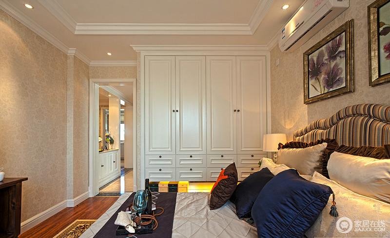 卧室的美式衣柜简美而大气,将衣物都收纳了起来了,与美式加急搭配,形成空间和谐;而深色床品的点缀,平衡了空间的色彩。