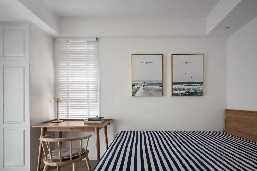 次卧因父母偶尔来小住,设计以清雅舒适为主。墙面以两幅简约挂画装点,带来静谧而悠然的气息。
