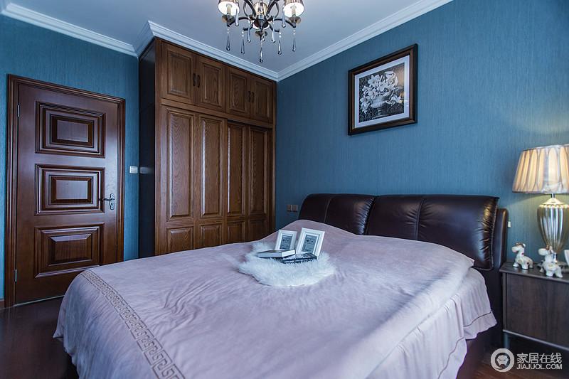 卧室内朴素和实木质感的木质家具渗透出的自然质朴、粗犷原始,色彩上素色调的强烈对比又迎合了空间宁静、简素的人文家居风格。