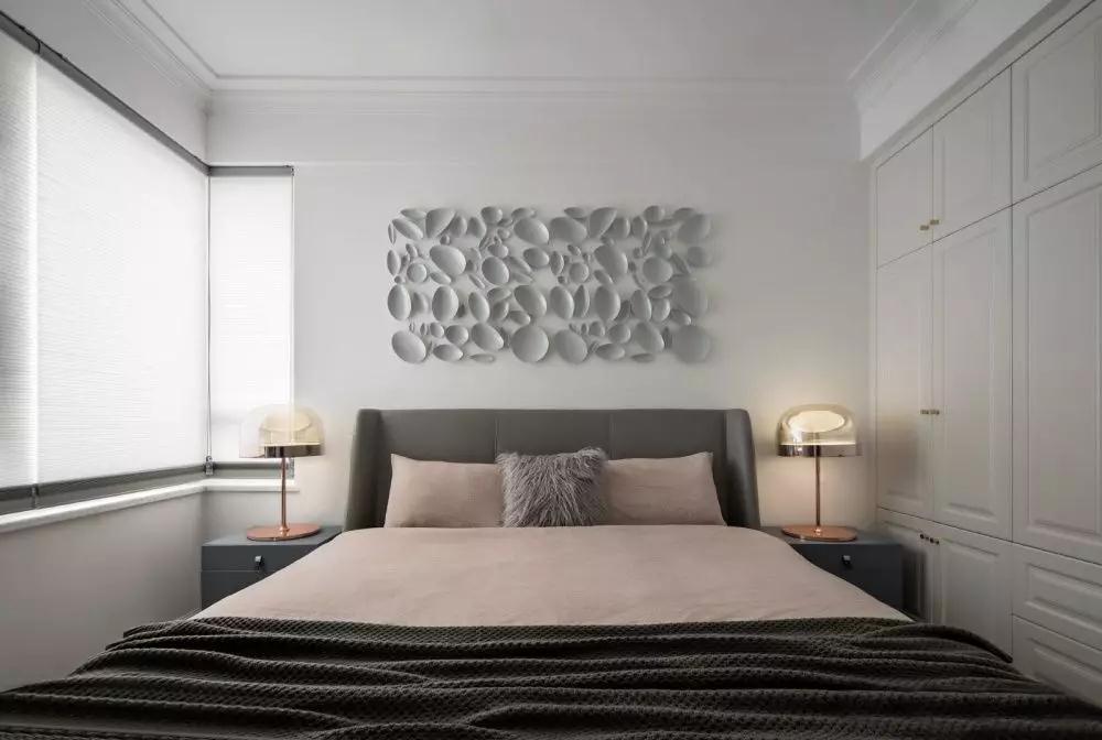 柔和的基调营造放松自在的氛围,藕粉色床品使空间弥漫着梦幻与浪漫。