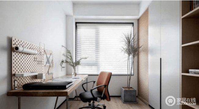 书房和卧室连通,木质大书桌给人一种平静安稳的感觉,在办公时容易沉下心来。