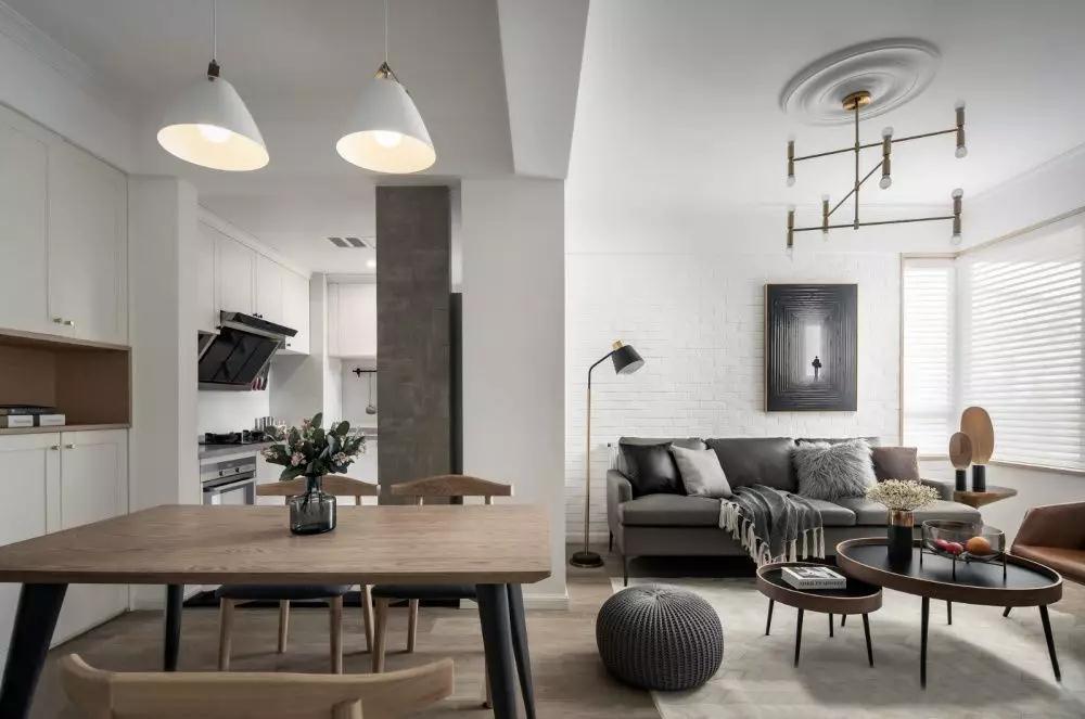 客厅与餐厅之间没有明显分隔,整个空间连为一体,充沛的光线,为家里带来舒适与惬意。
