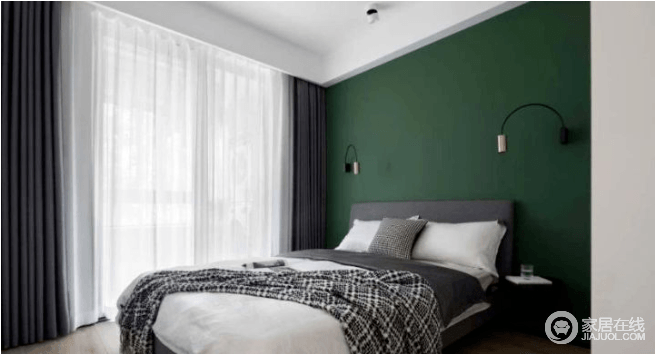 次卧选择深绿色作为背景,经过了一天忙碌的工作,绿色最能平静我们焦躁的情绪,有利于放松心情。