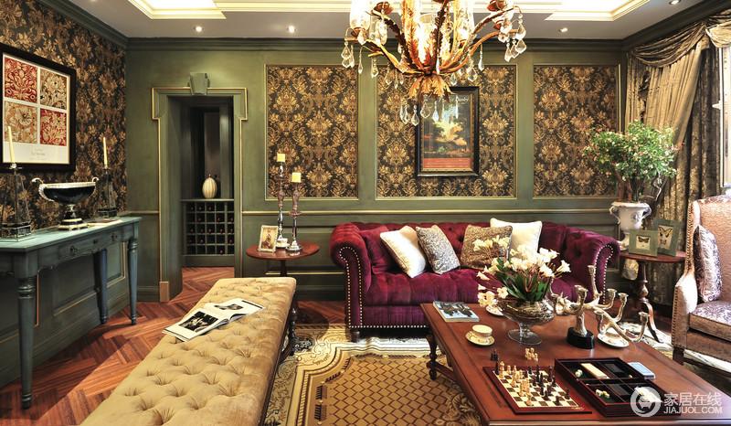 客厅的玫红色新古典铆钉沙发可以说是在众多颜色中别具一格的了,古典的褐色花式壁纸与绿色板材加重了几何与复古元素,而水晶吊灯搭配,让整个空间充满了古典瑰丽。
