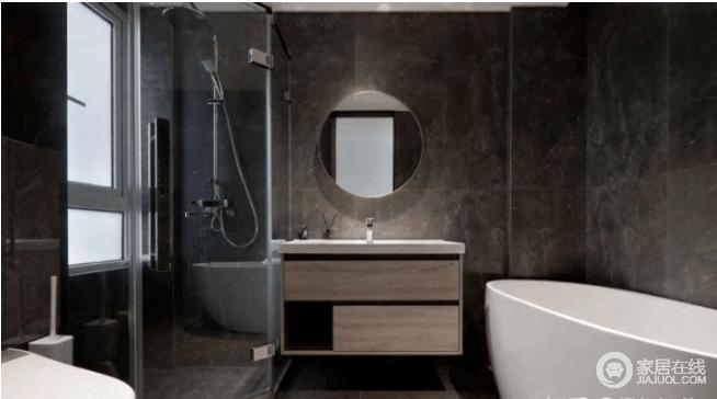 主卫的墙面和地面采用灰色地砖,耐脏好打理,满满的高级文艺范,是实用主义的不二之选。