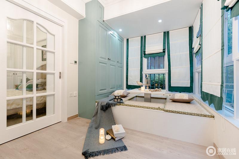 整个休闲室以定制化设计来实现生活的舒适,蓝色收纳柜与白色榻榻米组合,提升了空间的温暖与整洁;绿白窗帘的田园之调,让空间更为清新。