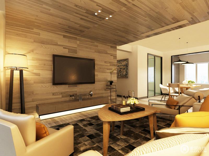 客厅的原木吊顶延续到背景墙,形成了一个L形的造型,搭配木质茶几,强调自然之韵;支架台灯散发的黄晕之光,造就了温暖的氛围。