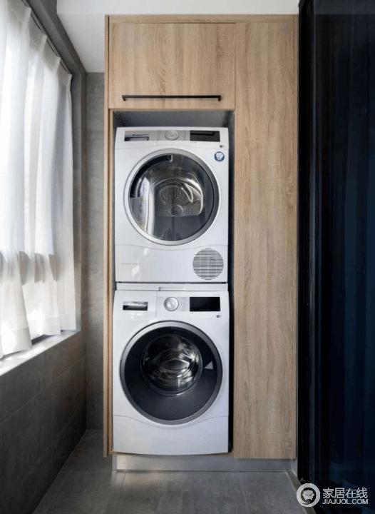 阳台改造成洗衣房,洗衣机搭配阳台柜不仅防止洗衣机被长时间暴晒而且还增加了储物功能,可以收纳一些清洁用品。