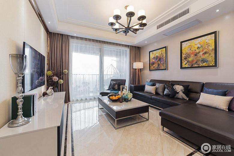 客厅,横厅布局造就了阳台+飘窗的通透感,简单的吊顶设计,视觉上拔高了层高,扩大了空间感。