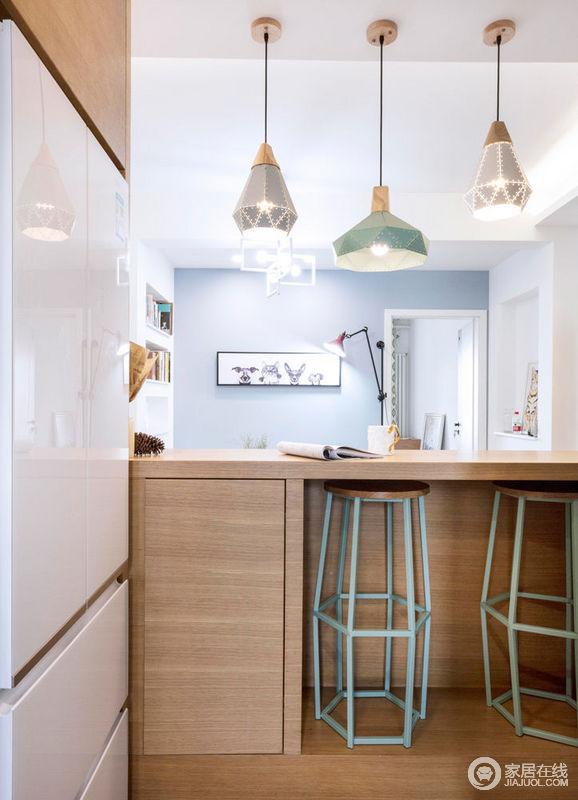 吧台的设计很好的实现了小餐厅功能的需求,同时也具有存储空间,底部更设计了放置吧台凳的空间,防止吧台凳阻挡狭小的过道,非常实用。