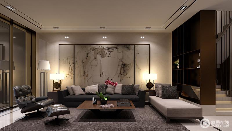 一层的客厅没有设置主灯,以射灯和台灯为主要光源,使灰色的沙发和褐色的地毯色调愈发显得沉静内敛;沙发墙则绘以抽象的墨画,使空间在沉静中多了丝恣意的随性。