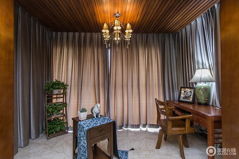休闲阳台为强调书房功能,特意采用生态木吊顶+顶部暖光的铁艺吊灯设计,休闲之余,也是一家人充电的绝佳空间。